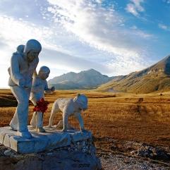 Il monumento e sullo sfondo il Monte Prena e il Monte Camicia. Settembre 2013