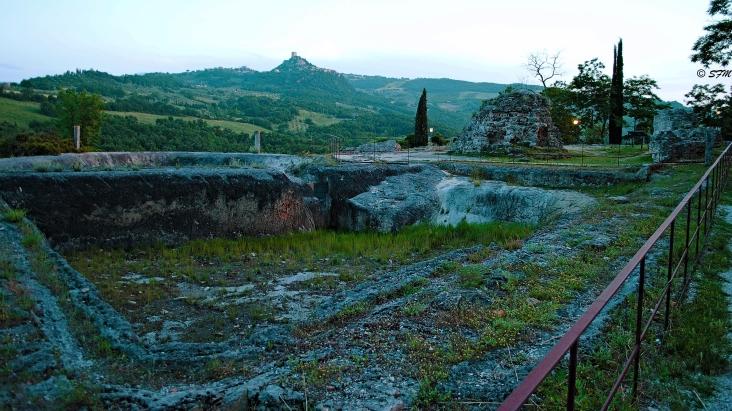 Le antiche terme di Bagno Vignoni, sullo sfondo la torre che domina Ripa d'Orcia. Giugno 2016