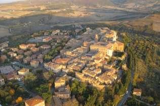 Uno scatto dall'alto del centro storico di Pienza. fonte: web