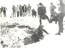 Un sommozzatore mentre esce dalle acque gelate del Lago della Duchessa durante le ricerche del corpo di Aldo Moro. fonte: scenacriminis.com