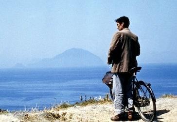 """Massimo ne """"il Postino"""", 1994, in una scena girata a Pollara. Sullo sfondo Filicudi. fonte: guidasicilia.it"""